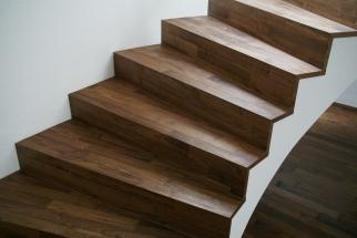 Nussbaum-Parkett-Treppen